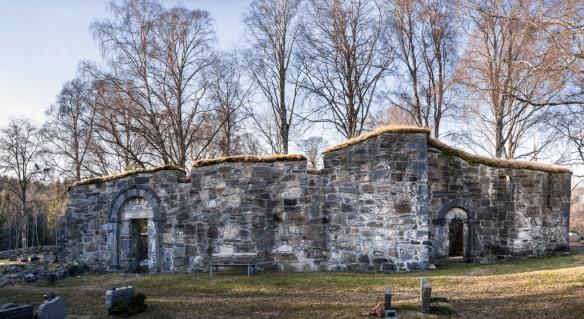 Sørsiden av kirken (satt sammen av 6 foto)