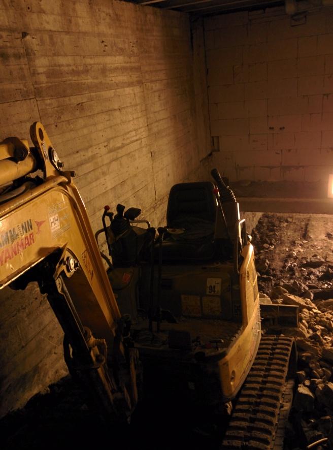 Gravemaskin under gulvet.