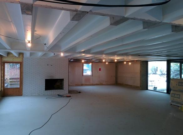 Blikk inn i tidligere spisesal og kjøkken med nytt gulv.